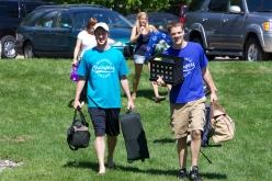 Simpson resident assistants help students move in during Freshmen Orientation Day.